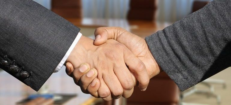 shaking hands - low cost movers las vegas